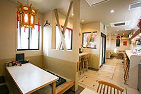 4人掛けテーブル席が2つ、6人掛け座敷が2つあります。2階には、22席の宴会場もございます。